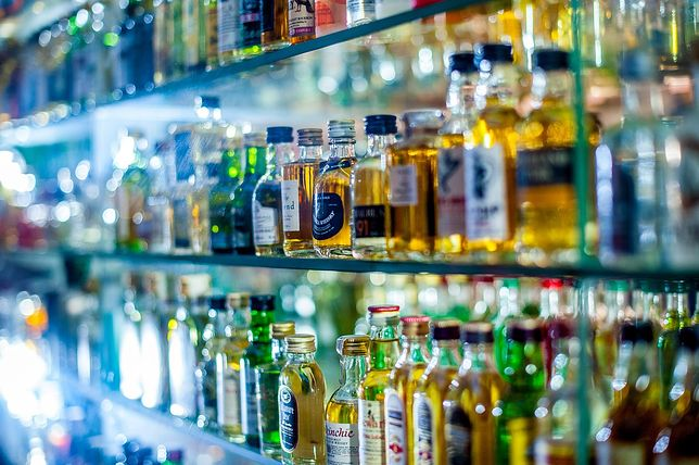 """Butelki z alkoholem znikną z witryn. Sklepikarze zdziwieni, burmistrz zapewnia: """"to nie żart"""""""