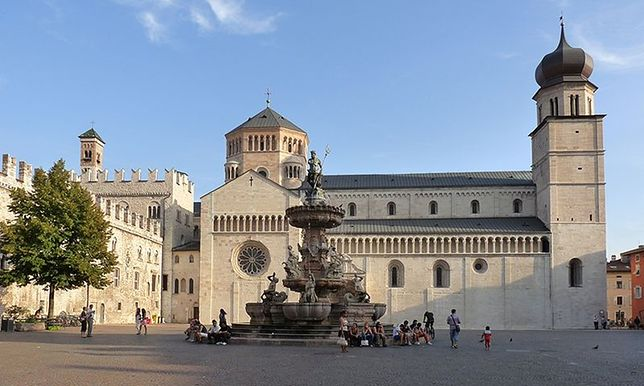 Na Piazza del Duomo w Trydencie większość turystów rozpoczyna zwiedzanie miasta