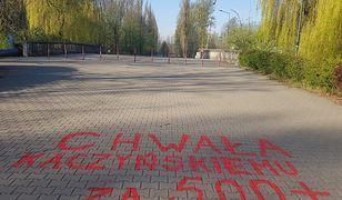 """Sosnowiec. Napisy """"Chwała Kaczyńskiemu za 500 plus"""" w miejskim parku"""