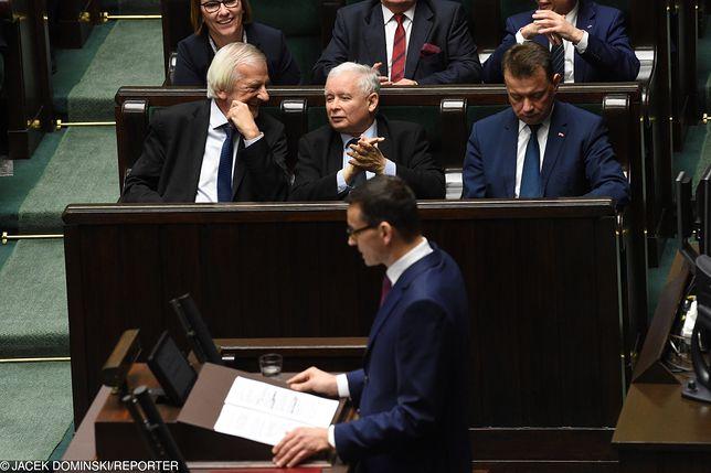 Mateusz Morawiecki w czasie expose, w tle Jarosław Kaczyński