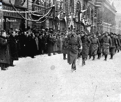 Uroczystość zaprzysiężenia wojsk powstańczych i wręczenia sztandaru 1 Dywizji Strzelców Wielkopolskich. Defilada pierwszych oficerów wielkopolskich. 26 stycznia 1919 r.