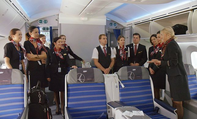 Żeby móc wykonywać zawód stewarda lub stewardesy, trzeba przejść szkolenie i zdać egzamin