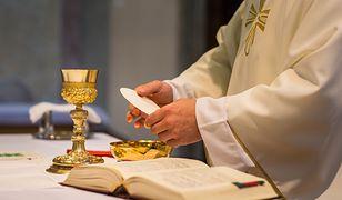 Czy można wyjąć z ust hostię? Co zrobić, gdy spadnie na podłogę? Ksiądz Krzysztof Mądel wyjaśnia stanowisko Kościoła