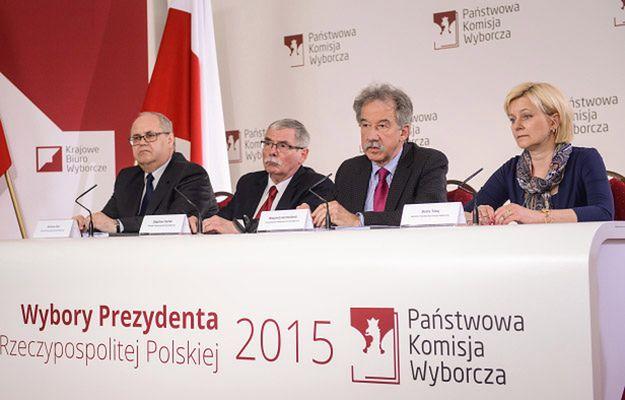 Członkowie Państwowej Komisji Wyborczej: przewodniczący Wojciech Hermeliński (2P), sekretarz Beata Tokaj (P), Zbigniew Cieślak (2L) i Wiesław Błuś (L) podczas konferencji
