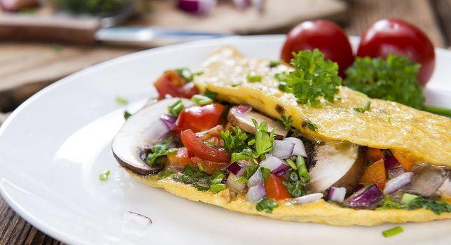 Omlet na słono - przepis na idealne śniadanie