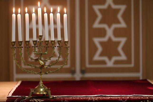 Chanukija to dziewięcioramienny świecznik żydowski zapalany podczas święta Chanuka