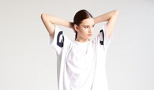 Kobieta w białym t-shircie