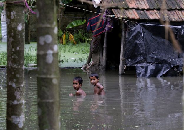 Kilkadziesiąt ofiar śmiertelnych deszczów monsunowych