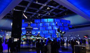 W ostatnim miesiącu praktycznie wszyscy liczący się producenci pokazali swoje najnowsze modele telewizorów oraz technologie, które niedługo powinny zagościć w naszych salonach. Sprawdzamy czy warto jeszcze inwestować w zakup sprzętu z technologią 3D i czy Full HD to nadal przyszłość?  Główną okazją na zweryfikowanie, co będzie hitem rynku telewizorów w najbliższym czasie były największe w Europie targi elektroniki użytkowej IFA 2012. W Berlinie wystawiali się wszyscy liczący się producenci, a część z prezentowanych tam nowości już teraz trafiła do sklepów, resztę będziemy mogli kupić w najbliższym czasie.  W jaką stronę zmierza branża TV? Przede wszystkim rewolucja 3D się nie udała. Wszystkie badania wskazują na to, że dużo bardziej cenimy sobie jakość obrazu 2D niż możliwość oglądania telewizji w trójwymiarze. Potwierdzają to sami producenci, którzy 3D potraktowali w nowych modelach jako typowy dodatek, a czasami w ogóle z tej technologii zrezygnowali. Każdy producent pokazał za to telewizory o niespotykanej jakości obrazu: matryce OLED czy rozdzielczości 4K, a nawet 8K. Co wprowadzą na sklepowe półki najwięksi gracze na rynku telewizorów?