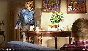 Matka ze szmatą, syn na kanapie. Ministerstwo reklamuje nowoczesną szkołę