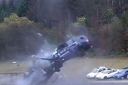 #dziejesiewmoto [156]: crash test przy 200 km/h, szaleniec na drodze i niski most