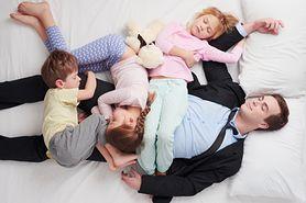 Spanie z rodzicami