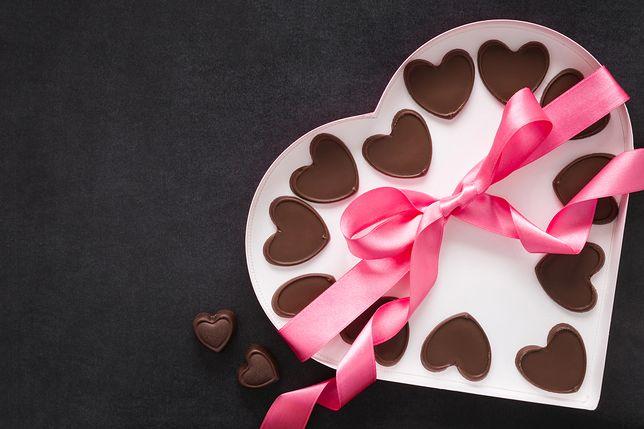 Małe, czekoladowe serduszka to sprawdzony prezent na święto zakochanych