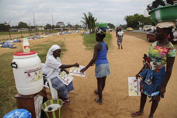 Ulotki dotyczące higieny rozdawane w stolicy Liberii