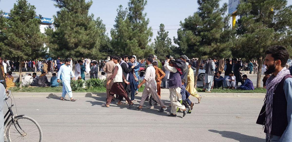 Tysiące Afgańczyków po niedzielnych wydarzeniach chce uciekać z kraju. Burmistrz Bielan zadeklarował oddanie afgańskim rodzinom współpracowników polskich misji wojskowych pięciu mieszkań. (Photo by Sayed Khodaiberdi Sadat/Anadolu Agency via Getty Imawges