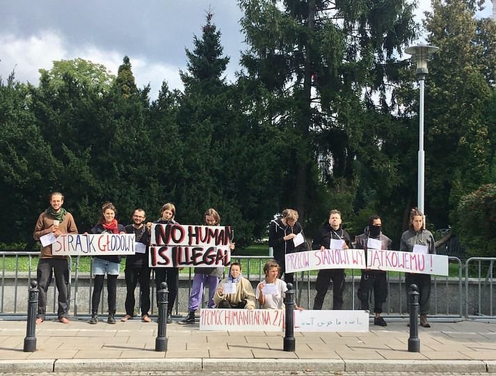 Warszawa. Przed Sejmem protestuje kolektyw Wilczyce. Aktywiści, którzy  w spontaniczny sposób postanowili podjąć głodówkę, żądają udzielenia pomocy uchodźcom koczującym na granicy polsko-białoruskiej (Facebook)