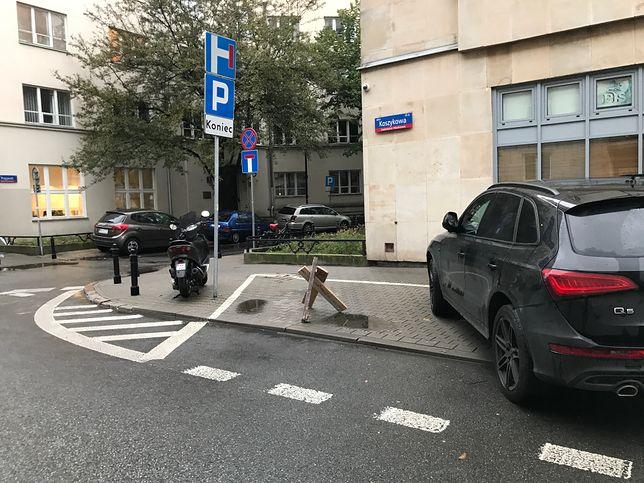 """Nowa moda wśród kierowców. """"Rezerwują"""" miejsca parkingowe w mieście"""