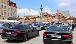 Podczas Zgromadzenia Narodowego z okazji 550-lecia polskiego parlamentaryzmu plac Zamkowy w Warszawie zmienił się w wielki parking dla rządowych limuzyn.