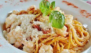 Bezglutenowe spaghetti z krewetkami i pomidorkami koktajlowymi
