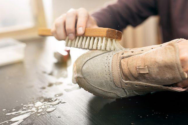 Jak wyczyścić buty zamszowe? Wykorzystaj kilka patentów.