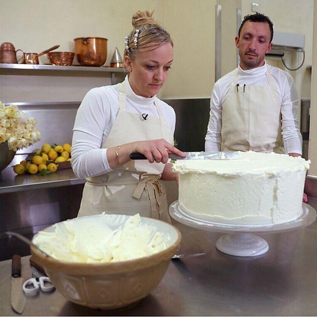 Tort książęcej pary przygotowuje znana cukierniczka Claire Bird