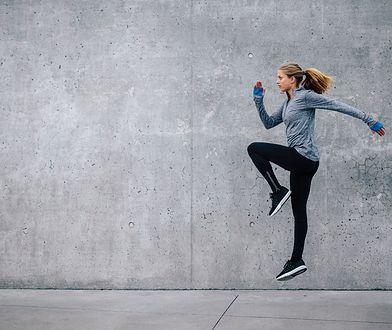 Skip A jest ćwiczeniem rozciągającym, przygotowującym do biegania.