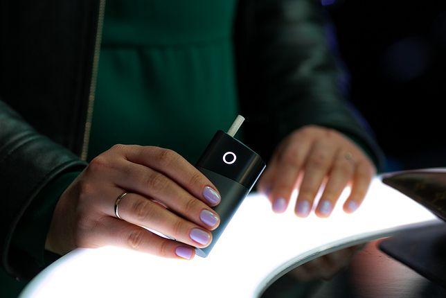 Używanie papierosów elektronicznych nie jest pozbawione ryzyka, ale bez wątpienia jest obciążone mniejszym ryzykiem niż palenie papierosów tradycyjnych.