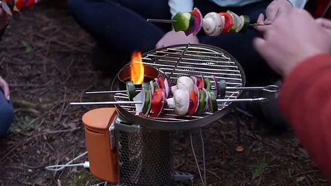 Grill, którym naładujesz w lesie telefon