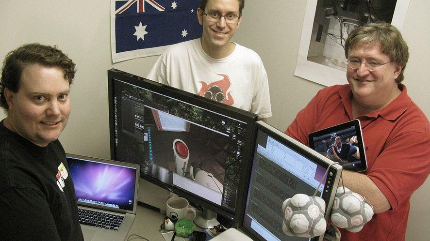 Alfred Reynolds i Jason Mitchell, odpowiedzialni za Steama na OS X, plus Gabe Newell (2010)