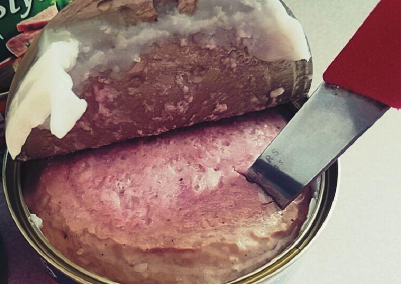 Dietetyk odradza jedzenie konserw