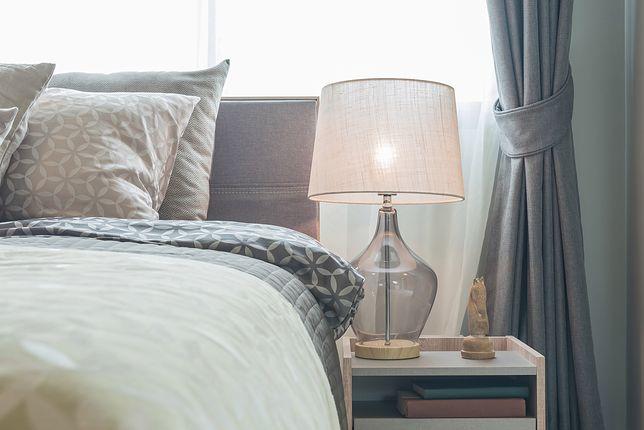 Lampka nocna przydaje się do czytania w łóżku