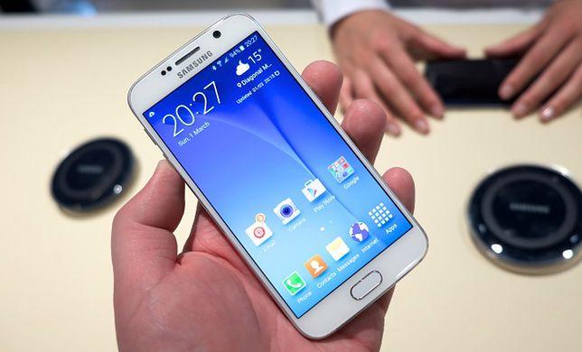 Zapowiadając swojego nowego flagowca na początku marca tego roku Samsung dużo uwagi poświęcił wbudowanemu w telefon aparatowi. I nie bez powodu. Jego przewagę nad konstrukcją z iPhone''a 6 (z którą być z oczywistych względów najmocniej porównywany) widać przede wszystkim na zdjęciach wykonanych w warunkach słabszego oświetlenia. W takich sytuacjach widać zalety zastosowania obiektywu o aperturze f/1.9. Użyteczność aparatu zwiększa także doskonałej jakości optyczna stabilizacja obrazu, której zabrakło w podstawowej wersji iPhone''a 6. Służąca do wykonywania zdjęć aplikacja oferuje zarówno dobry tryb automatyczny, jak i manual, pozwalający na dostrojenie szeregu parametrów do własnych preferencji. Dobre wrażenie robi także szybkość działania aparatu.