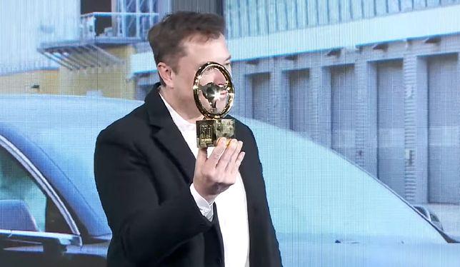 """Elon Musk podczas odbioru """"Złotej kierownicy"""""""