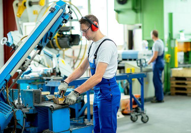 Robotnik w fabryce.