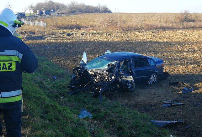 Wypadek na drodze nr 35 - samochód osobowy zderzył się czołowo z tirem. Droga jest zablokowana.