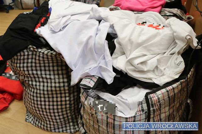 Wrocław. Policja zatrzymała 21-latkę, która handlowała podrobioną odzieżą