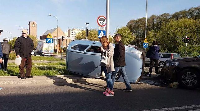 Bielany: przewrócone auto na skrzyżowaniu. Jedna osoba trafiła do szpitala [WIDEO]