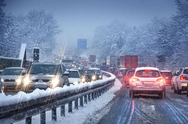 Śnieg w Warszawie. Opóźnienia pociągów, ponad 160 posypywarek w akcji