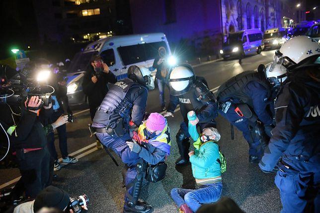 Strajk kobiet w Warszawie. Otoczeni przez funkcjonariuszy policji uczestnicy protestu