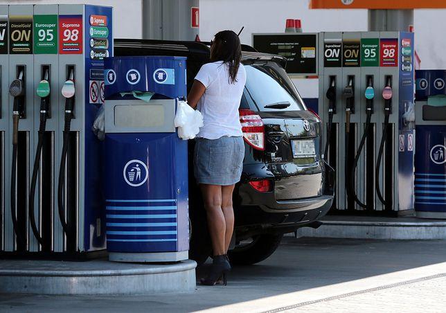 Tak tanio na stacjach paliw w tym roku jeszcze nie było. W miesiąc ropa potaniała o 14 procent