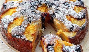 Jogurtowe ciasto z nektarynkami i borówkami. Prosty sposób na podwieczorek