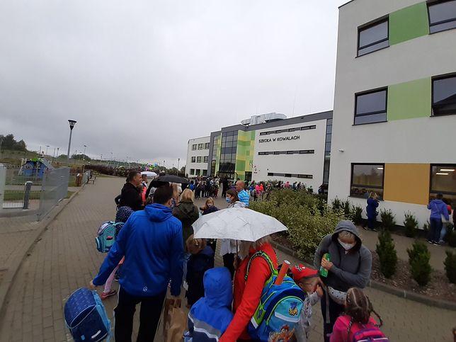 Powrót do szkoły. Uczniowie w całej Polsce stoją w długich kolejkach przed wejściem do placówek