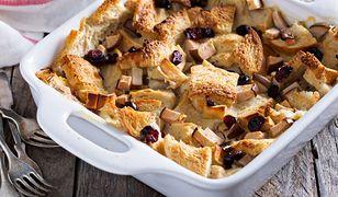 Świąteczny pudding chlebowy z suszonymi owocami
