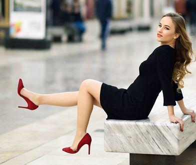Mała czarna lub sukienka w modnym kolorze przyda się do zestawów do pracy