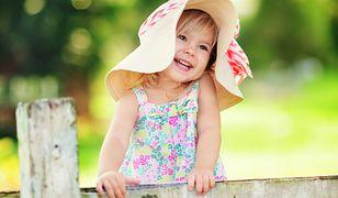 Sukienki dla dziewczynek są często zdobione delikatnymi aplikacjami i falbankami
