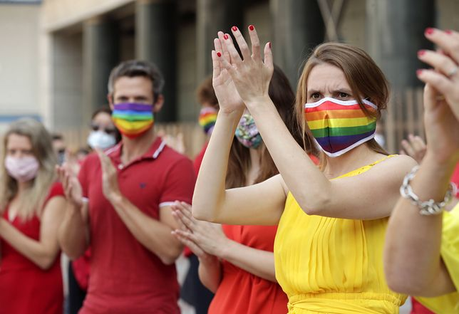 """""""Strefy wolne od LGBT"""". Europosłowie solidaryzują się z polską społecznością LGBT przed Parlamentem Europejskim. Podczas sesji plenarnej w Brukseli uformowali tęcze."""