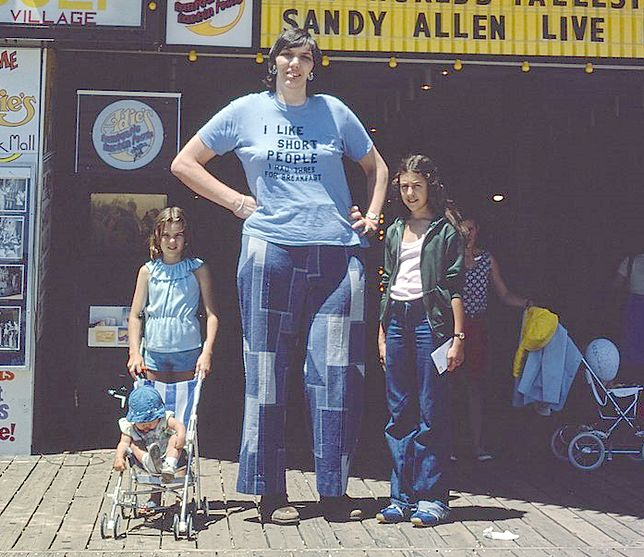 """""""Lubię niskich ludzi. Zjadłam 3 na śniadanie"""" - napis na koszulce Sandy potwierdzał jej poczucie humoru"""