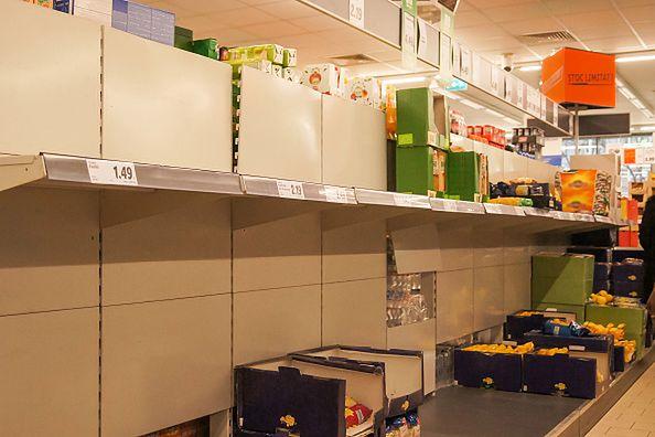 Ludzie wykupują zapasy żywności m.in. w Chinach i we Włoszech.