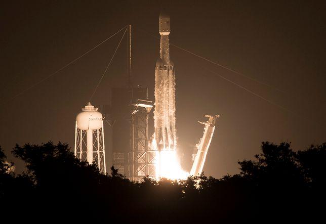 """Start rakiety Elona Muska """"SpaceX Falcon Heavy"""", która może wynieść w przestrzeń statki Starhopper i Starship."""