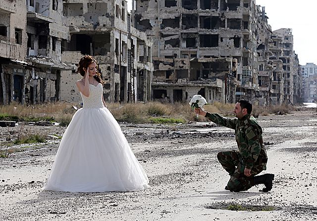 Para nowożeńców i fotograf. Ślubna sesja w ruinach - zdjęcia